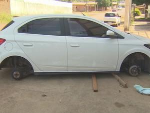 Carro teve as quatro rodas levadas durante a madrugada (Foto: Reprodução/Rede Amazônica)
