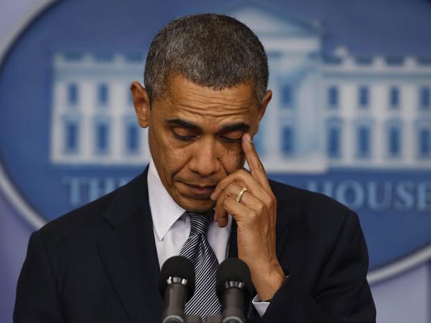 O presidente dos EUA, Barack Obama, emociona-se nesta sexta-feira (14) na Casa Branca ao falar do tiroteio em Connecticut (Foto: AP)