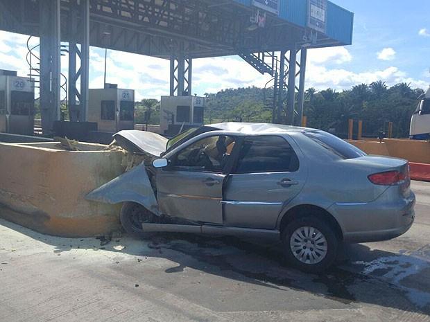Motorista morreu após bater carro em barreira de proteção de pedágio, em Simões Filho (Foto: Divulgação/PRF)