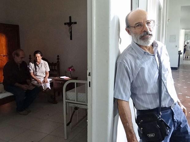 Virgílio encontra Angélica morando em um asilo (Foto: Amor Eterno Amor/TV Globo)