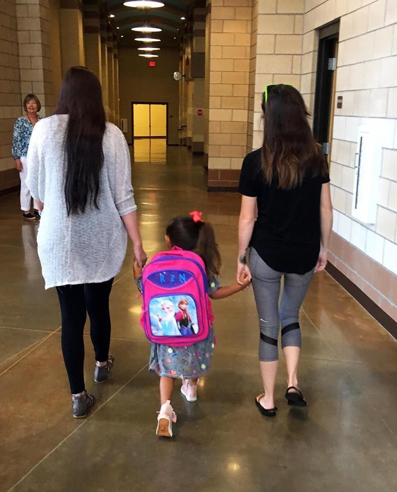 Duas mães: Hayley e Dakota Pitman (Foto: Reprodução - Facebook)