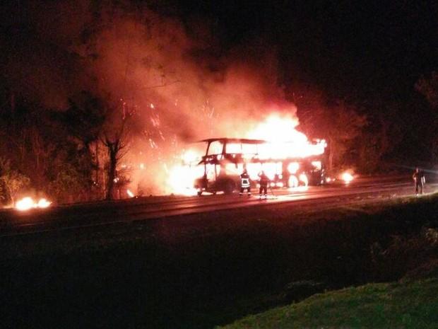 Ônibus ficou completamente destruído pelo fogo (Foto: Caroline Balconi/Arquivo pessoal)