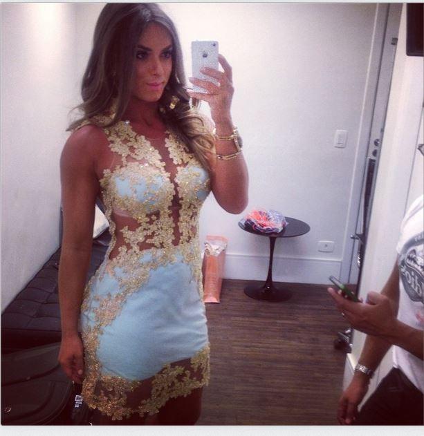 EGO - Com look branco, Nicole Bahls usa vestido curtinho