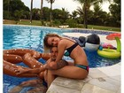 Fiorella Mattheis posa agarradinha com Alexandre Pato na piscina