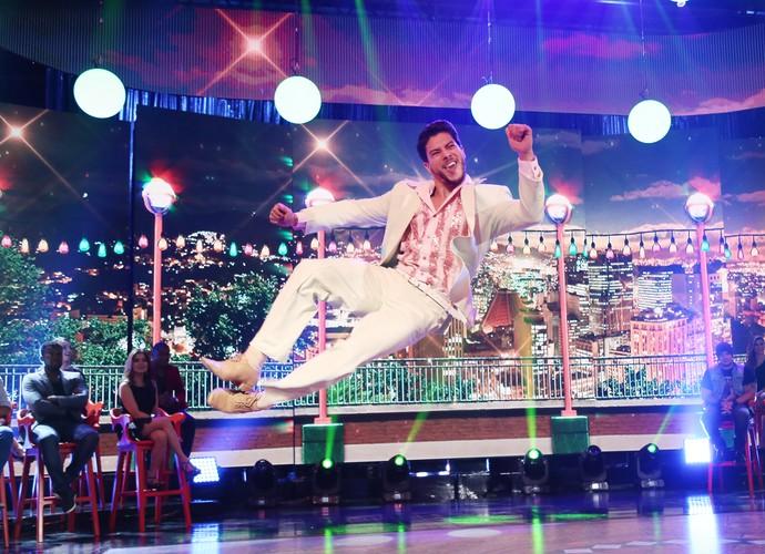 Arthur Aguiar voou na coreografia de samba (Foto: Carol Caminha/Gshow)