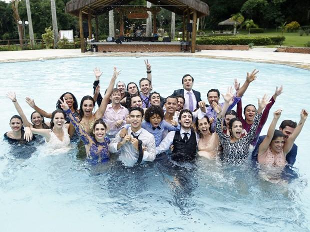Elenco se joga na piscina no final de gravação (Foto: Raphael Dias/Gshow)