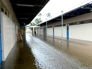 Corredores de escola estão inundados (Foto: Seduc/reprodução)