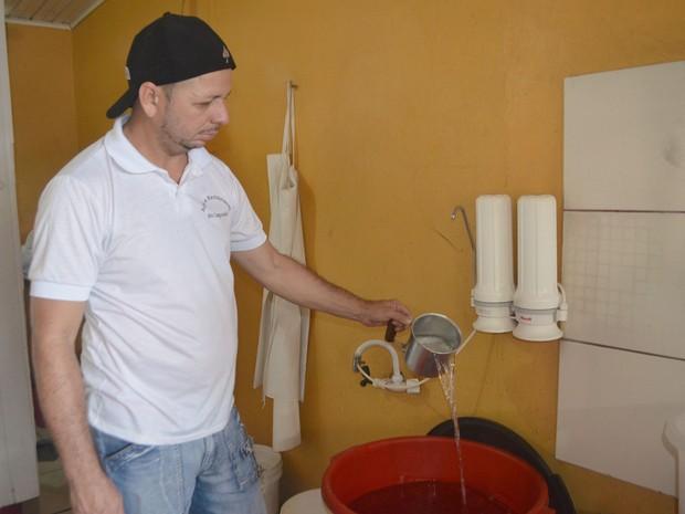 Autônomo armazenou água do dia anterior, em Macapá (Foto: Abinoan Santiago/G1)