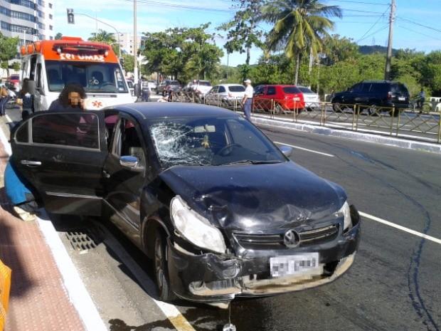 Veículo teve a frente danificada após acidente com moto e ciclomotor, em Vitória. (Foto: Mariana Perim/G1 ES)