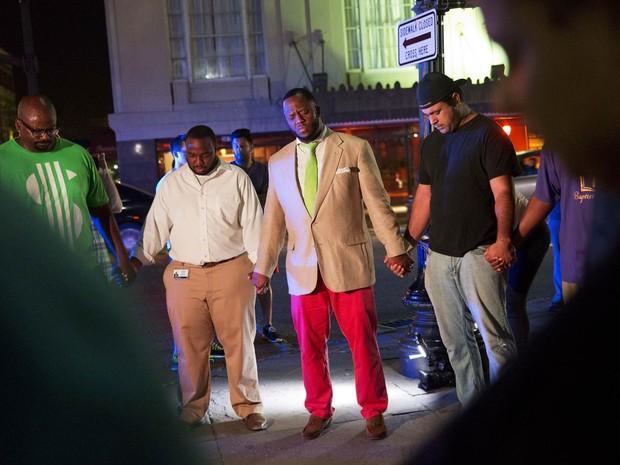Fiéis fazem círculo de oração na rua da Igreja Emanuel AME em Charleston, na Carolina do Sul, após tiroteio deixar 9 mortos (Foto: David Goldman/AP)