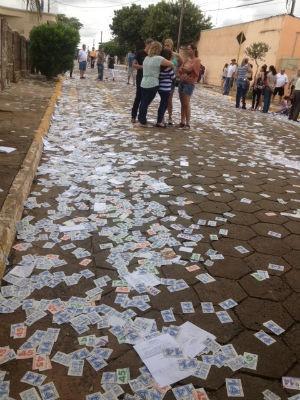'Santinhos' foram espalhados pelas ruas de Coronel Macedo (SP). (Foto: Jéssica Pimentel / G1) (Foto: Jéssica Pimentel / G1)