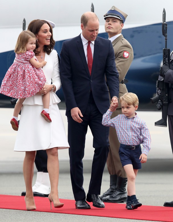 WARSAW, POLAND - JULY 17:  Catherine, Duchess of Cambridge and Prince William, Duke of Cambridge with their children Princess Charlotte of Cambridge and Prince George of Cambridge as they arrive on day 1 of their offical visit to Poland on July 17, 2017 i (Foto: Getty Images)