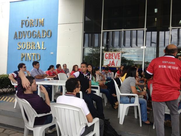 Servidores estão concentrados em frente o Fórum, em Boa Vista (Foto: Valéria Oliveira/G1)
