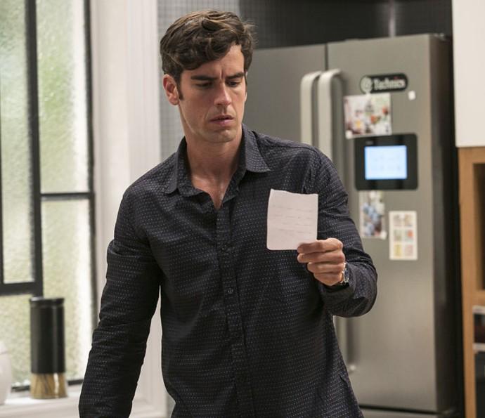 Felipe encontra bilhete de Shirlei e resolve ir atrás da faxineira (Foto: Raphael Dias/Gshow)
