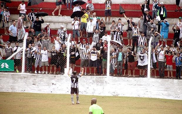 Túlio jogo Botafogo Cachoeiro torcida (Foto: Thiago Fernandes / Globoesporte.com)