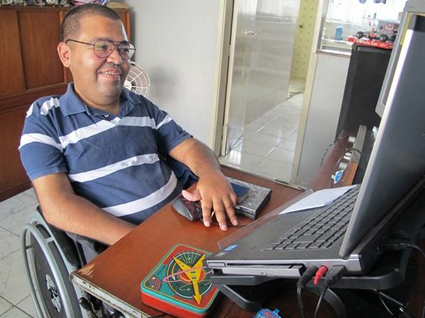 Jackson sorrindo e usando um computador