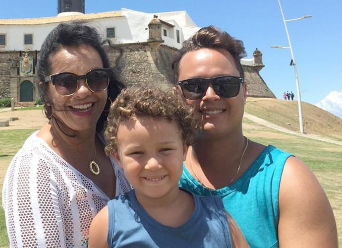 Solange com o filhote e o marido, Jamerson Andrade, 30 anos mais novo do que ela (Foto: Arquivo Pessoal)