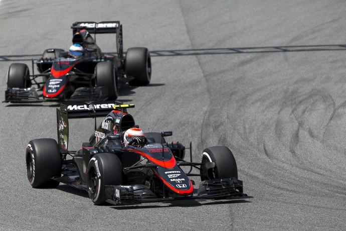 A McLaren de Jenson Button e Fernando Alonso ainda sofre para conseguir ser competitiva nesta temporada (Foto: Getty Images)