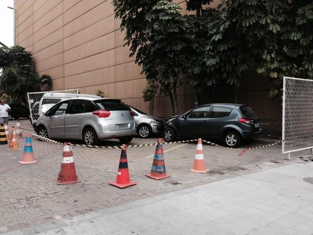 Outros dois carros foram atingidos (Foto: Káthia Mello / G1)