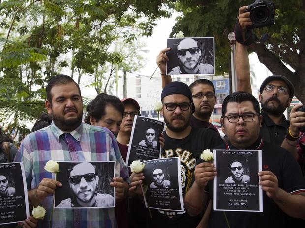 Centenas protestaram, neste domingo (2), contra a morte de fotojornalista no México (Foto: AFP PHOTO/HECTOR GUERRERO)