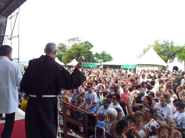 Frei jogando água benta nos fiéis em missa do oitavário, no Convento da Penha (Foto: Juliana Borges/ G1 ES)