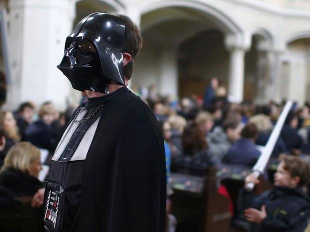 Fiéis usaram roupas temáticas durante missa em homenagem a 'Star Wars' neste domingo (20) em Berlim (Foto: Hannibal Hanschke/Reuters)