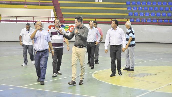 Técnicos visitam ginásio Constâncio Vieira (Foto: Givaldo Batista)