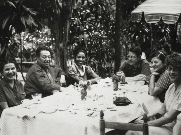 Frida e Diego com amigos, Anônimo (1945) (Foto: MON / Divulgação)