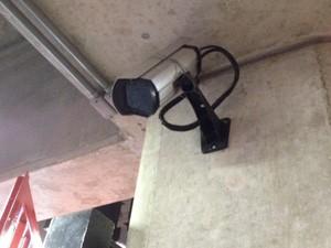 Câmera foi amarrada com arame e direcionada para o chão (Foto: Kety Marinho / TV Globo)