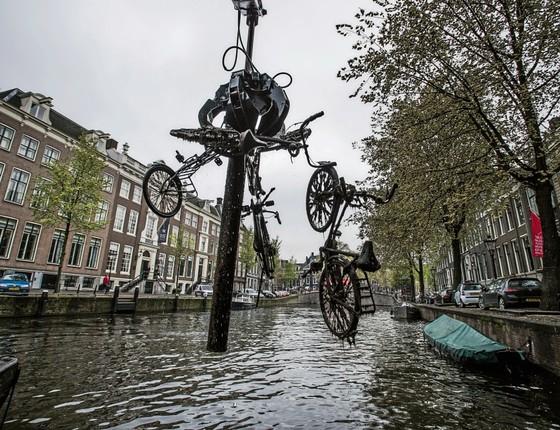"""Amsterdã, HOLANDA Um barco especial retira bicicletas de canal. Em média, 20 mil são """"pescadas"""" todo ano (Foto: Kadir van Lohuizen / NOOR)"""