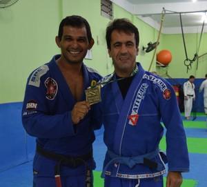 Leandro na academia ao lado do mestre Cláudio, conhecido como Peteleco. (Foto: Quésia Melo)