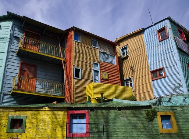As casas são construídas apenas com placas de metal, mas suas cores vivas e chamativas dão um charme adicional ao bairro (Foto: © Haroldo Castro / ÉPOCA)