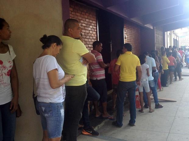 Apostadores  formaram filas desde a manhã em lotérica de Macapá (Foto: Jéssica Alves/G1)
