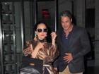Lady Gaga usa meia calça rasgada em jantar com o noivo