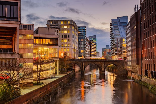 Modern apartments on both side of river Irwell passing through Manchester city center, UK. (Foto: Getty Images/iStockphoto)