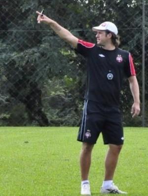 Marcão, auxiliar-técnico do sub-18 do Atlético-PR (Foto: Site oficial do Atlético-PR/Divulgação)