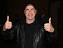 John Travolta acena para fãs na porta de hotel
