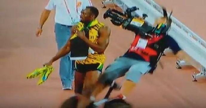 Usain Bolt é atropelado por câmera em segway após final dos 200m do Mundial de Atletismo (Foto: Reprodução)