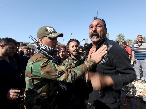 Homem reage ao ver local de atentado na cidade de Hilla no Iraque, neste domingo (6) (Foto: Reuters/Alaa Al-Marjani)