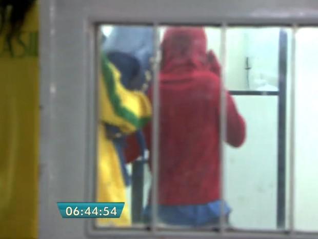 Menor de 9 anos foi levado à delegacia na companhia da mãe (Foto: TV Globo/Reprodução)