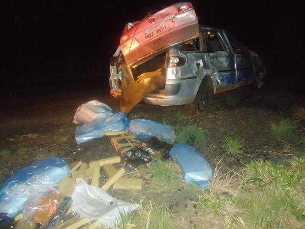 Carro capotou em rodovia e PRF encontrou tabletes de maconha. (Foto: Assessoria Polícia Civil)