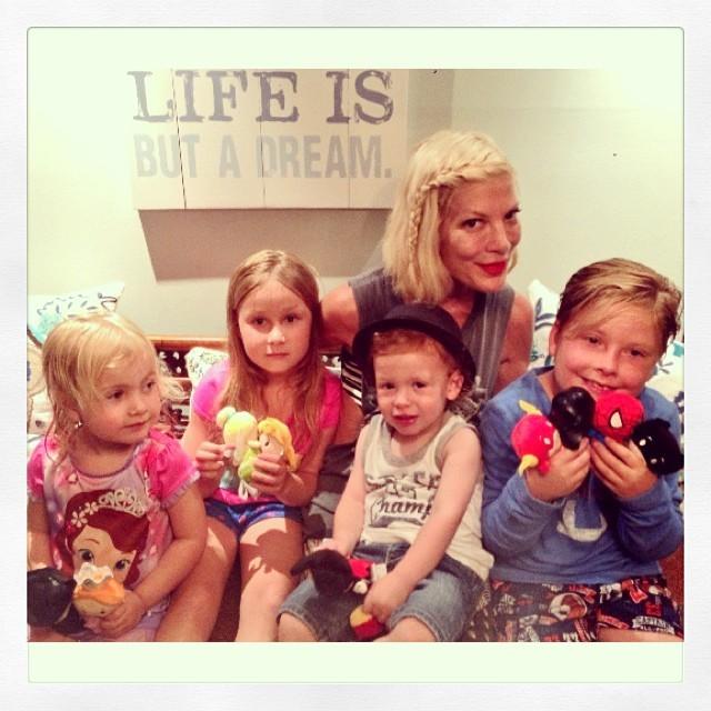 Tori Spelling tem quatro filhos com Dean: Hattie, Stella, Finn e Liam (Foto: Reprodução/Instagram)