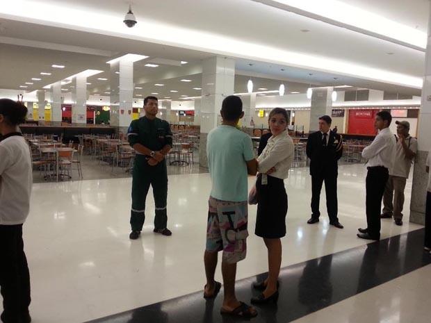 Praça de alimentação do shopping foi isolada (Foto: Kléber Teixeira/Inter TV Cabugi)
