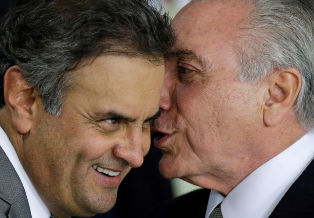 O senador Aécio Neves (PSDB-MG) e o presidente Michel Temer conversam durante cerimônia de posse em Brasília (Foto: Ueslei Marcelino/Arquivo/Reuters)