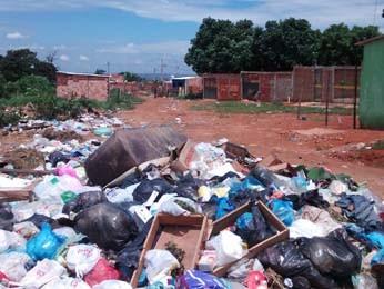 Lixo acumulado nas ruas do Setor Habitacional Sol Nascente (Foto: Isabella Calzolari/G1)