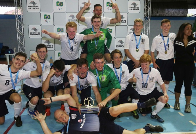 Seleção inglesa comemora título no Futebol de 7 nas Paralimpíadas Escolares (Foto: Marcelo Régua/CPB/MPIX/Divulgação)