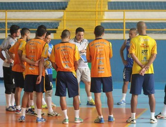 Treinador Ivan Gomes comanda treino do São José Futsal (Foto: Quarttus Marketing)