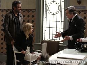 Mundo leva Iolanda de volta para o hospital e Ernest fica furioso (Foto: Fábio Rocha/TV Globo)