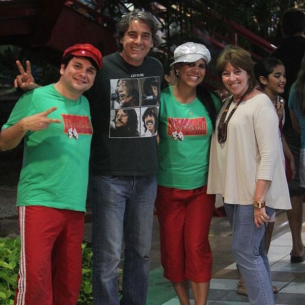 Alexandre Borges posam para a foto com fãs (Foto: Delson Silva/AgNews)