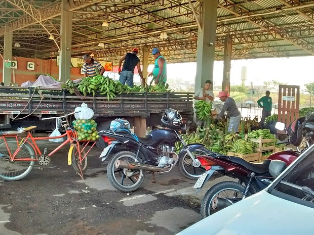 Atacadistas descarregam produtos adquiridos de produtores durante a seca  (Foto: Aline Nascimento/G1)